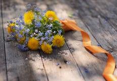 Flores no fundo de madeira Foto de Stock Royalty Free