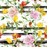 Flores no fundo listrado monocromático Repetindo o fundo floral Aquarela com listras pretas fotografia de stock
