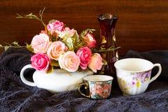 Flores no fundo oxidado de madeira, tom da cor do vintage Imagem de Stock Royalty Free
