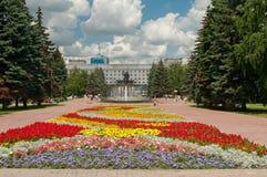 Flores no quadrado da revolução, cidade de Chelyabinsk fotografia de stock royalty free