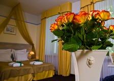 Flores no quarto de hotel Imagem de Stock Royalty Free