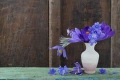 flores no vaso no fundo de madeira Foto de Stock