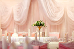 Flores no vaso Tabela da elegância estabelecida para o casamento Imagem de Stock