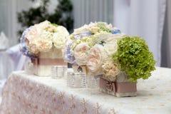 Flores no vaso Tabela da elegância estabelecida para o casamento Fotos de Stock