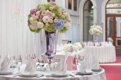 Flores no vaso Tabela da elegância estabelecida para o casamento Imagens de Stock