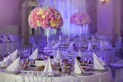 Flores no vaso Tabela da elegância estabelecida para o casamento Foto de Stock Royalty Free