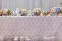 Flores no vaso Tabela da elegância estabelecida para o casamento Imagem de Stock Royalty Free