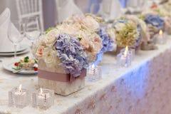 Flores no vaso Tabela da elegância estabelecida para o casamento Fotos de Stock Royalty Free