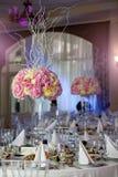 Flores no vaso Tabela da elegância estabelecida para o casamento Imagens de Stock Royalty Free
