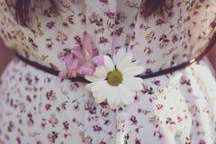 Flores no vestido com teste padrão floral Fotografia de Stock Royalty Free