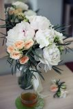 Flores nupciais e manh? do ch? fotografia de stock