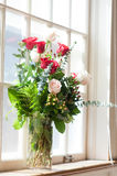 Flores nupciales en iglesia Foto de archivo libre de regalías