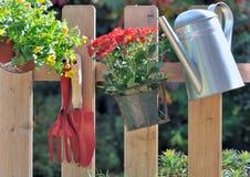 Flores otoñales y accesorios que cultivan un huerto Fotografía de archivo libre de regalías