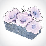 Flores púrpuras en el pote de piedra Fotografía de archivo