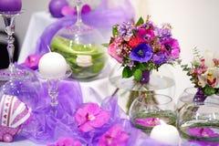 Flores púrpuras hermosas como decoración de la tabla fotos de archivo