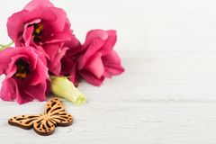 Flores púrpuras rosadas del eustoma y corazón de madera Fotos de archivo libres de regalías