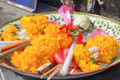 Flores, palillo de ídolo chino, vela para la adoración, Tailandia Fotos de archivo