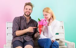 Flores para ela Flores do favorito do ramalhete O homem dá flores do ramalhete à amiga Supôs sua flor favorita foto de stock royalty free