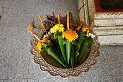 Flores para la estatua de Buda de la adoración en Wat Phra Kaew Don Tao, lámpara Imagenes de archivo
