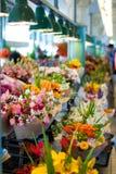 Flores para la venta en el mercado de lugar de Pike, Seattle Imagenes de archivo