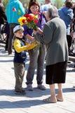 Flores para um veterano fêmea. Dia da vitória. Fotografia de Stock
