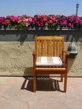 Flores, parte superior da cadeira, pátio do telhado, polo claro antiquado Foto de Stock