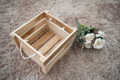 Flores plásticas con la caja de madera Fotos de archivo