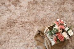 Flores plásticas en caja de madera Foto de archivo libre de regalías