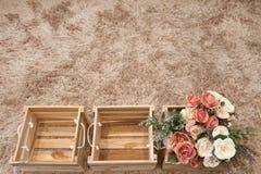 Flores plásticas en cajas de madera Fotos de archivo libres de regalías