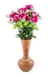 Flores plásticas en un florero de la cerámica Foto de archivo libre de regalías