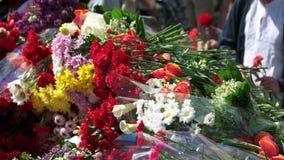 Flores plegables de la gente en memoria de víctimas del holocausto metrajes