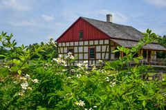 Flores por la casa alemana en el Viejo Mundo Wisconsin imágenes de archivo libres de regalías