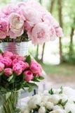 Flores preciosas en el florero de cristal Ramo hermoso de peonías rosadas Composición floral, escena, luz del día wallpaper imagen de archivo libre de regalías
