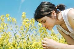 Flores que huelen de la muchacha imagenes de archivo