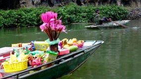 Flores que llevan del barco que flotan en el río fotos de archivo libres de regalías