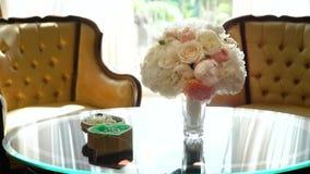 Flores que se casan hermosas de rosas, casandose el ramo para la novia almacen de video