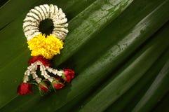 Flores que tejen de la mano Fotos de archivo libres de regalías