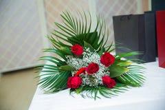 Flores Ramo de rosas rojas Fondo de Valentine Floral del vintage Ramo de rosas rojas artificiales, aislado, espacio para la copia Foto de archivo