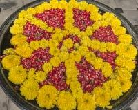 Flores Rangoli - decoração de flutuação em uma bacia da água imagens de stock