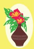 Flores rojas en un florero marrón Imágenes de archivo libres de regalías