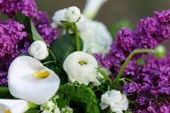 Flores románticas de la decoración de la boda con la lila fotos de archivo libres de regalías