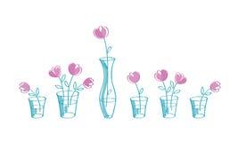 Flores rosadas dibujadas mano en los floreros de cristal Imagen de archivo libre de regalías