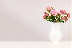 Flores rosadas en el jarro blanco Foto de archivo libre de regalías