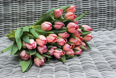 Flores rosadas en fondo rqattan Fotografía de archivo