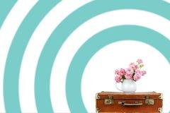 Flores rosadas en jarro en la maleta marrón vieja del vintage Rosas en jarro Rosas rosadas Chic lamentable imagen de archivo