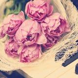 Flores rosadas en piano Imagen de archivo