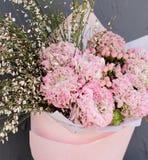 Flores rosadas en ramo con la decoración Imagen de archivo