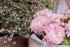 Flores rosadas en ramo con la decoración Foto de archivo