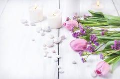 Flores rosadas en un fondo de madera blanco foto de archivo