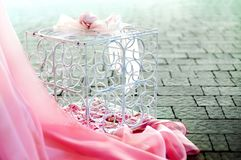 Flores rosadas en una jaula Fotos de archivo